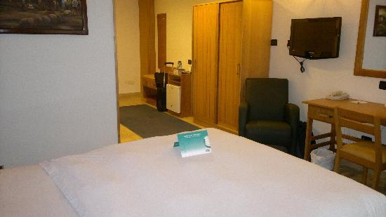Holiday Inn Accra Airport: View of room towards the entrance