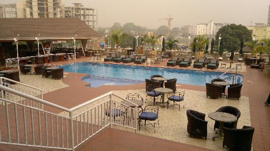 Holiday Inn Accra Airport: Pool area in the morning