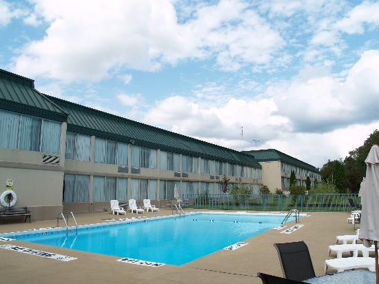 Clarion Inn: Seasonal Outdoor Pool