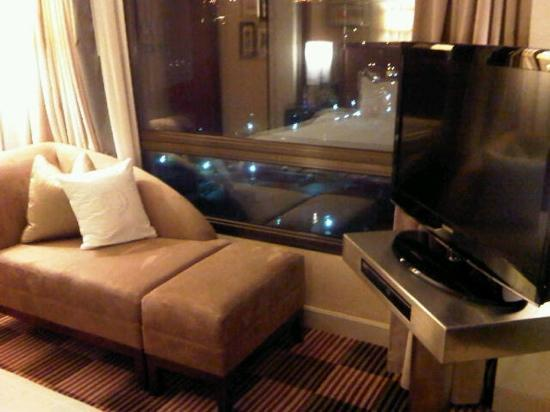 Sheraton Hong Kong Hotel & Towers: corner view in bed room of harbor view suite1002