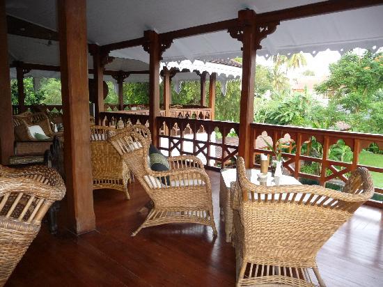 mezzanine ouverte sur le jardin où prendre un verre ou lire ...