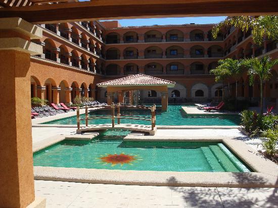 Marina Park Plaza Huatulco : Pool area with swim-up bar