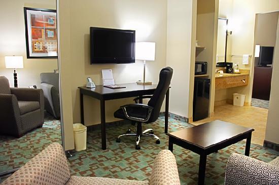 BEST WESTERN PLUS Eastgate Inn & Suites: suite living area