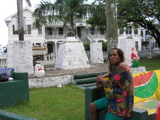 Belize City, Belize: Park vor dem obersten Gericht