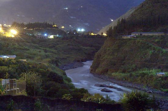 La Casa Verde- Eco Guest House: Night view of the river
