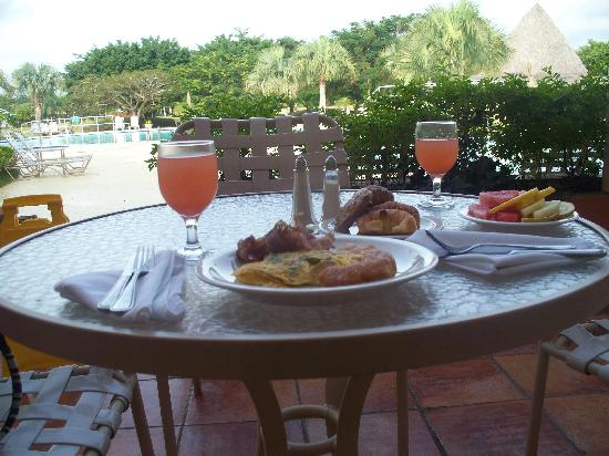 Hodelpa Garden Suites: hot breakfast - watermelon juice!?