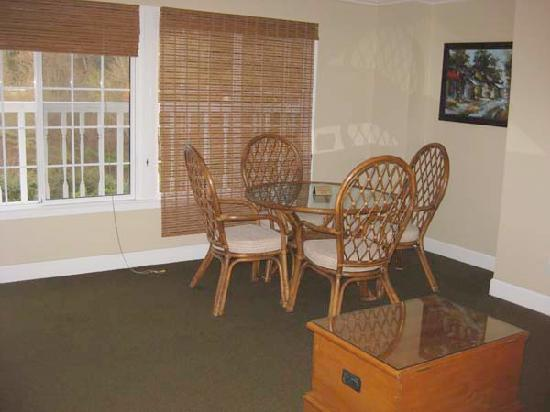 The Rigdon House: eating area in room