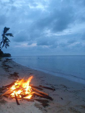 Robinson Crusoe Island Resort : Bonfire on the beach