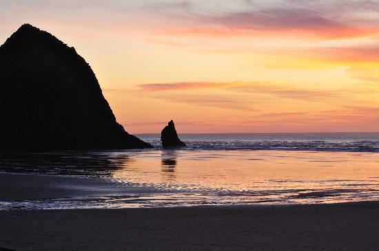 Surfsand Resort : Haystack Rock at sunset from our hotel room balcony