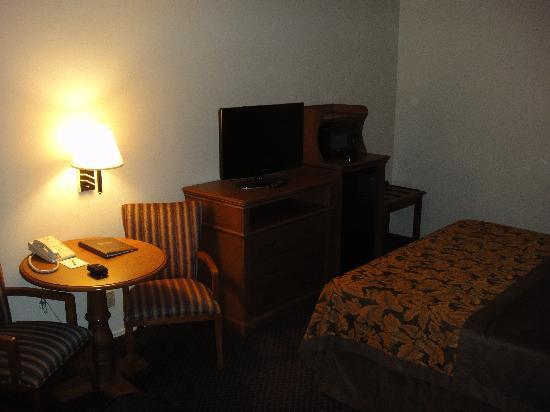 Anaheim Desert Inn and Suites: TV, Microwave, Mini Fridge