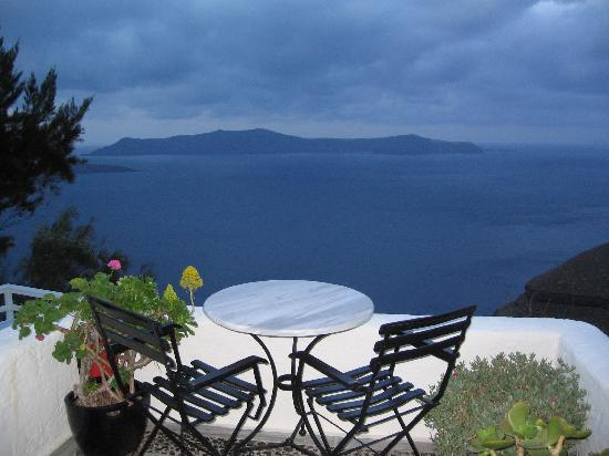 Porto Fira Suites : Outside breakfast area