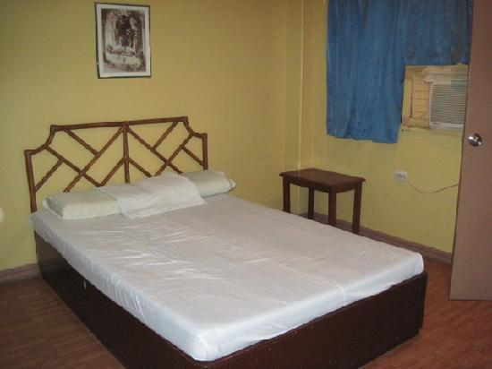 C'est La Vie Pension: bedroom