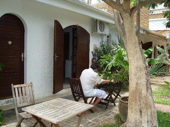 Allee Maison l'allée avec terrasse pour manger - picture of la maison du lagon