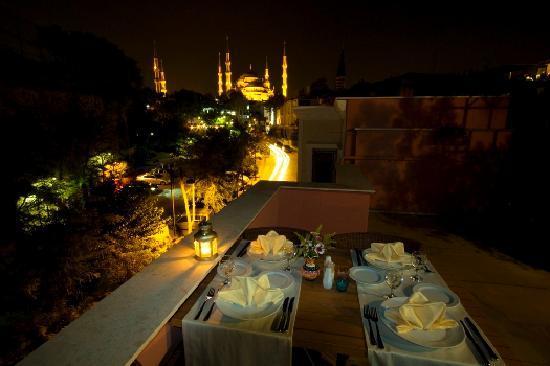 Erguvan Hotel: terrace blue mosque view