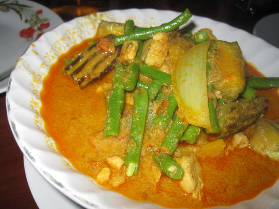 Battambang, Cambodia: Curry chicken with steamed rice