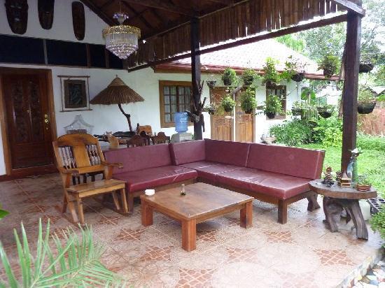 sitzecke im garten bild von the lotus garden puerto princesa tripadvisor. Black Bedroom Furniture Sets. Home Design Ideas