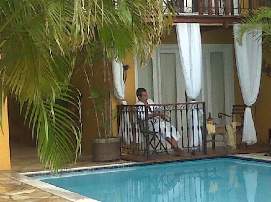 Vila D'este: Leyendo en el deck de la habitación que da a una de las piletas