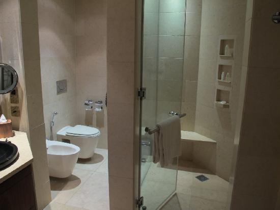 Raffles Dubai: Huge bathroom