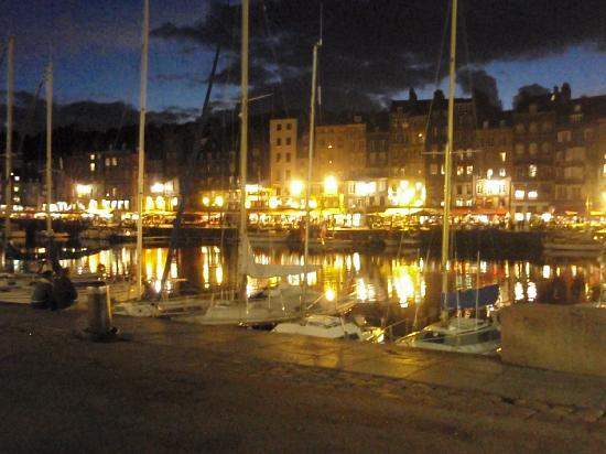 Les Maisons de Lea : Honfleur Harbor at night