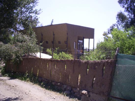 Patio La Rosa: Camino interior con muro de adobe