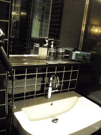 EuroPark Hotel: lavamanos y articulos de limpieza en la cajita verde