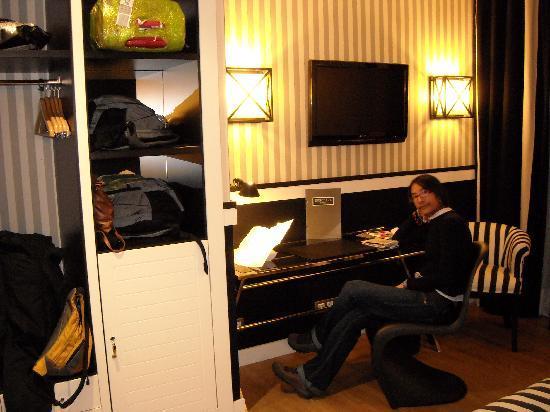 EuroPark Hotel: closet escritorio y tv