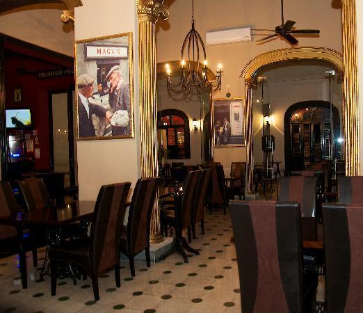 Hennessy's Irish Pub: Bar and dining area