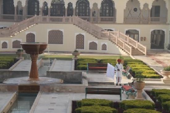 Rambagh Palace: Chasseur de pigeons dans les jardins de l'hôtel