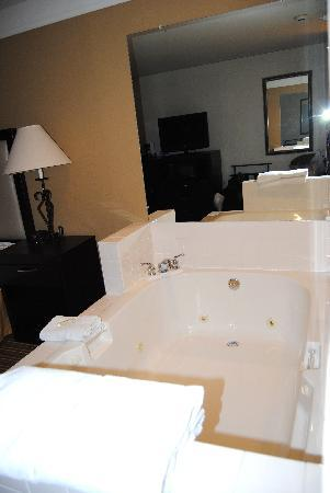 "Baymont Inn & Suites Litchfield: ""Jetted Tub"""