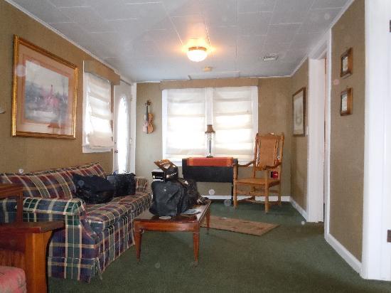 The English Inn: living room area
