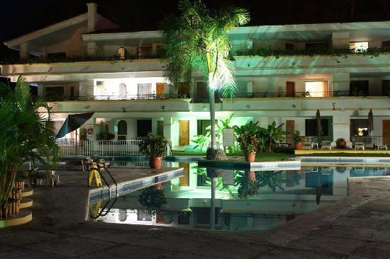 Park Royal Huatulco: the upper pool at night