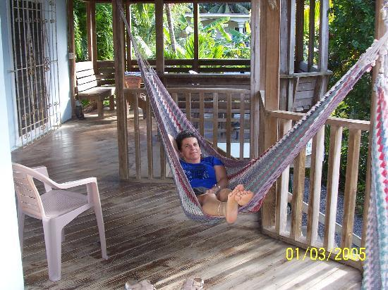 Mariposa Lodge: Porch w/ hammocks and tables