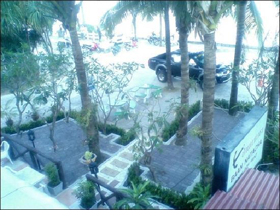 Baan Natacha Beachfront Guesthouse : ข้างหน้าที่พัก