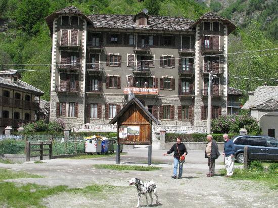 Albergo Rocciamelone: facciata dell'albergo ristorante