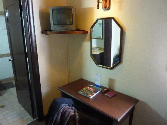 Hotel La Castellana: Desk area in first room
