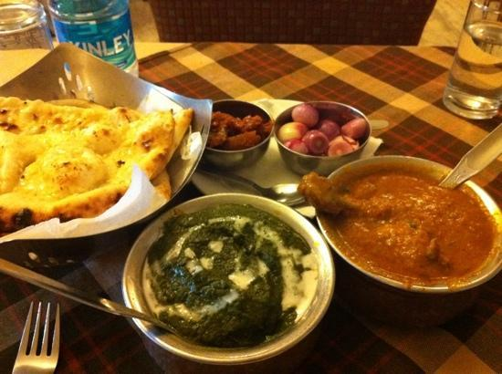 Park Dining Room : Chicken curry, spinach paneer and Naans