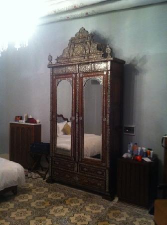 بيت ظفران هوتيل دو شارم: beautiful closet on our first room