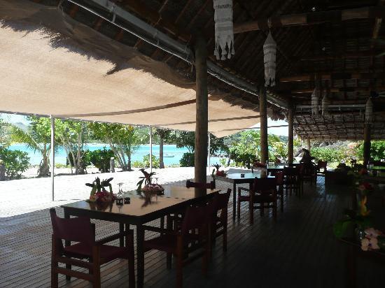 Navutu Stars Fiji Hotel & Resort: Restaurant mit Blick auf das türkiesfarbene Meer
