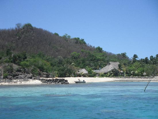 Navutu Stars Fiji Hotel & Resort: Das Hauptgebäude vom Meer aus gesehen