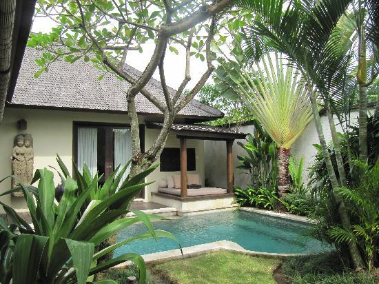 Villa Air Bali Boutique Resort & Spa: Garden, pool, day bed