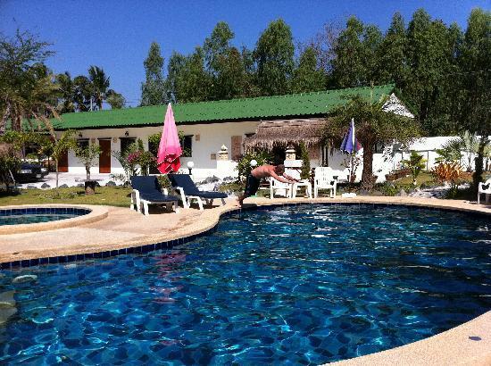 Ryan's Resort: pool area