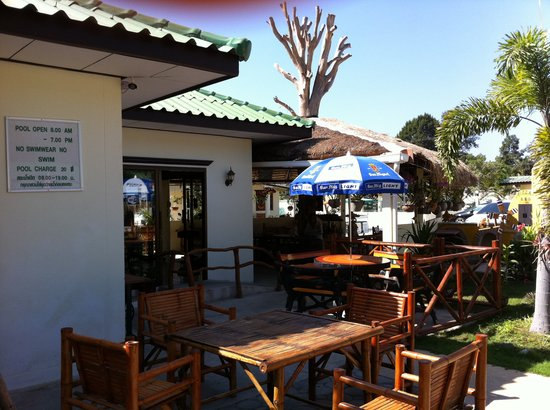 Ryan's Resort: outside bar area