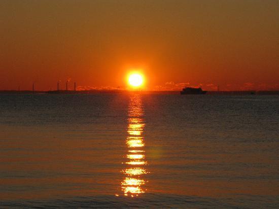 Ota, Japan: 水平線に近い所から太陽が昇ります