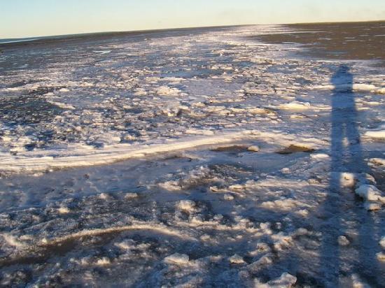 Rio Gallegos, อาร์เจนตินา: En la playa.  El sol pega oblicuo.