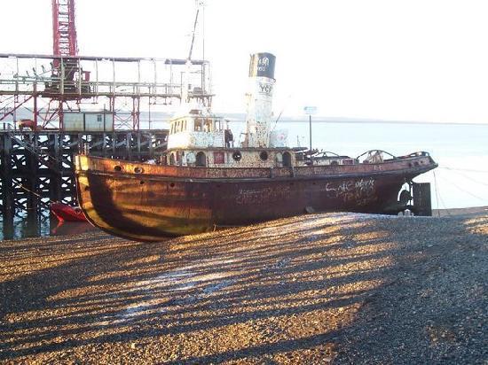 Rio Gallegos, Arjantin: Un barco muy, pero muy antiguo.  En la ría de Río Gallegos.