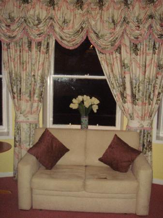Ferryhill House Hotel: il divano di fronte alla vetrata