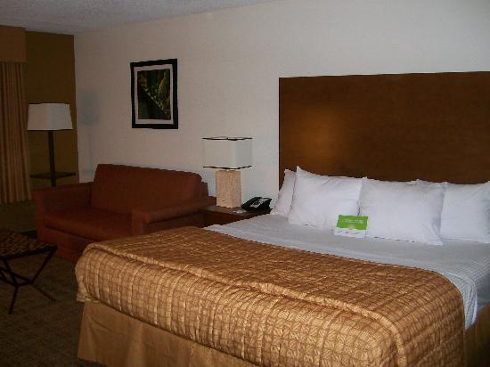 La Quinta Inn & Suites Danbury: 1 King executive mini-suite - Bed & Sofa