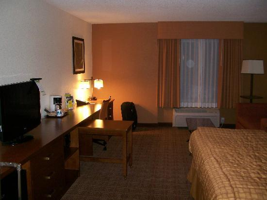 La Quinta Inn & Suites Danbury: 1 King executive mini-suite - Desk, TV, Sideboard