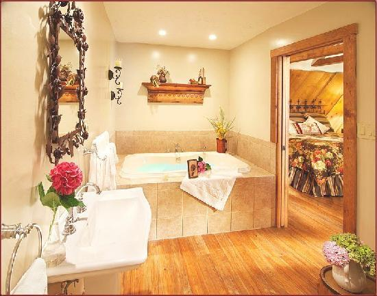 J. Palen House Bed & Breakfast: The Retreat Spa Bath