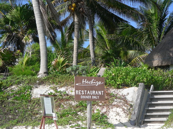 The beach entrance to Hechizo